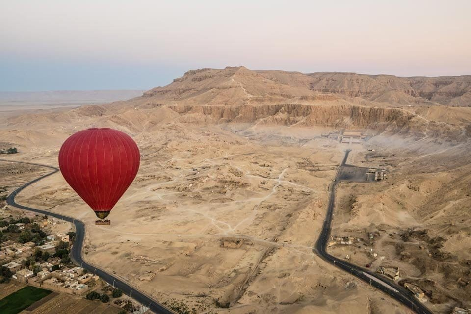 Genevieve-Hathaway_Egypt_Luxor_Sunrise-Hot-Air-Balloon-Ride-over-Hatshepsut's-Temple-min