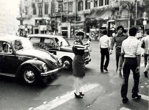 In the 1960s, a female traffic officer directing traffic on the streets of Cairo. Photo: Egyptian Streets.